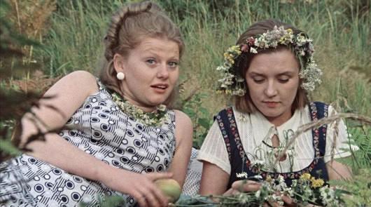 Люда и Катя лежат на траве Москва слезам не верит